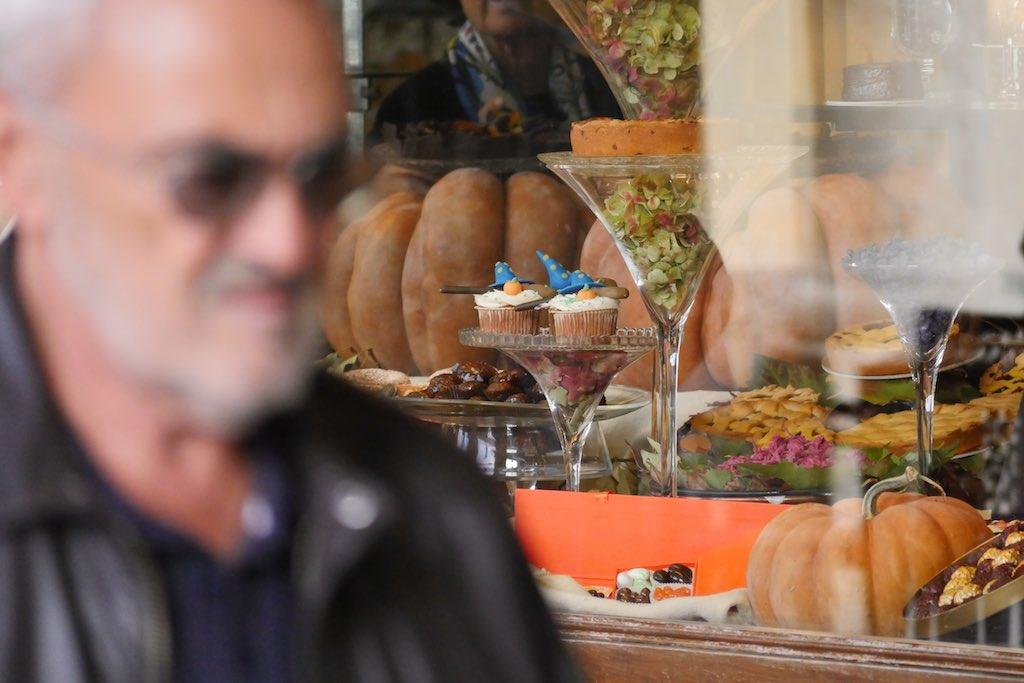 Das Schaufenster der Pasitcceria Stratta in Turin. Auf gläsernen Etageren türmen sich Kuchen und Pralinen.