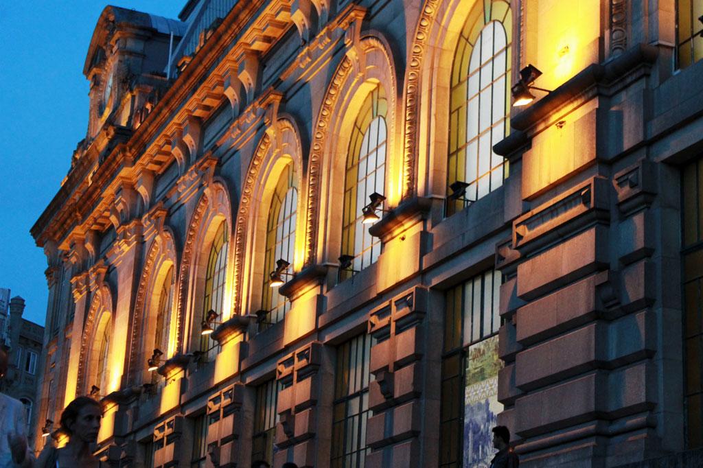 Porot, die Geschäftige: Auch an der Bahnhofsfassade wurde nicht gespart. Für den Prunkbau wurde ein nicht mehr bewohntes Kloster abgerissen.