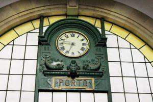 Porto, die Geschäftige: Die Bahnhofsuhr im Bahnhof São Bento in Porto