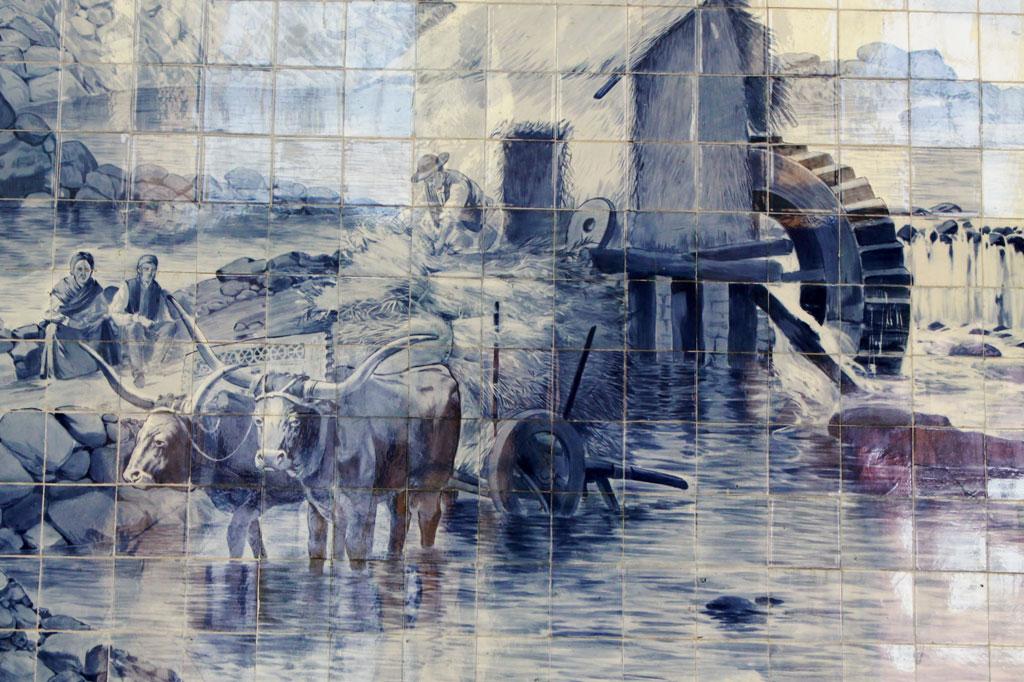 Porto, die Geschäftige: Opulente Kachelmalerei im São Bento: Bukolische Szenen wechseln ab mit Schlachtengemälden