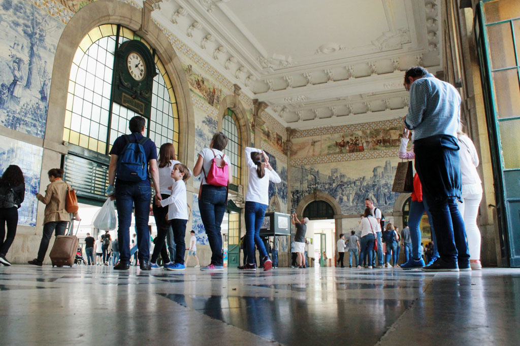 Porto, die Geschäftige: Pracht und Herrlichkeit für einen Nutzbau: Die Eingangshalle des Bahnhofs São Bento