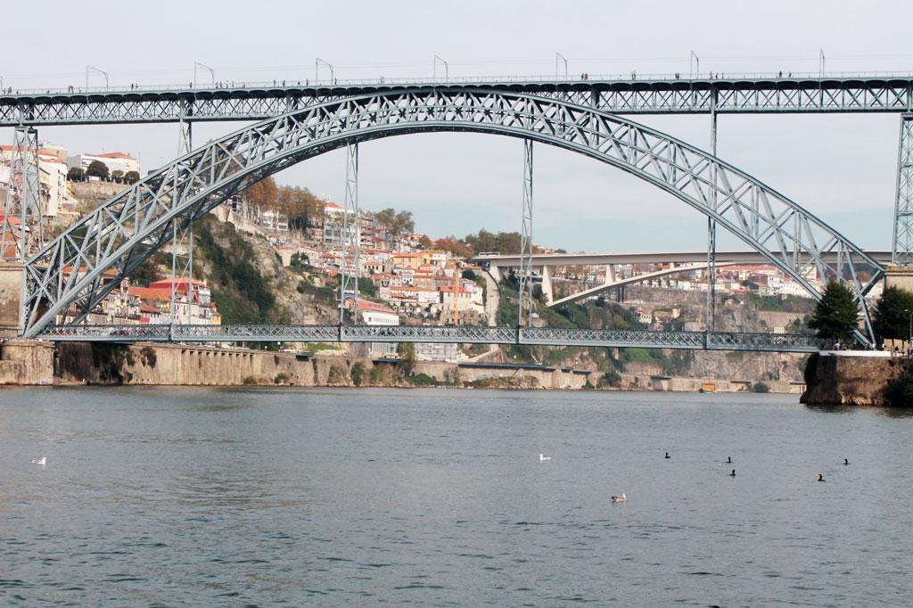 Porto, die Geschäftige: Eines der Wahrzeichen der Stadt, hier von einer Flussfähre aus gesehen, die regelmäßig zwischen Porto und Vila Nova de Gaia hin- und herpendelt