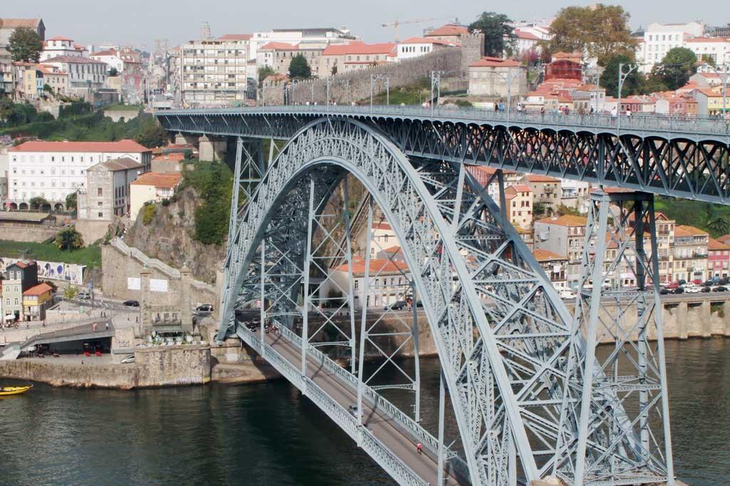 Porto, die Geschäftige: Die Ponte Dom Luís I: Seit 1886 überspannt sie mit einer Gesamtlänge von 385,25 Metern den Douro