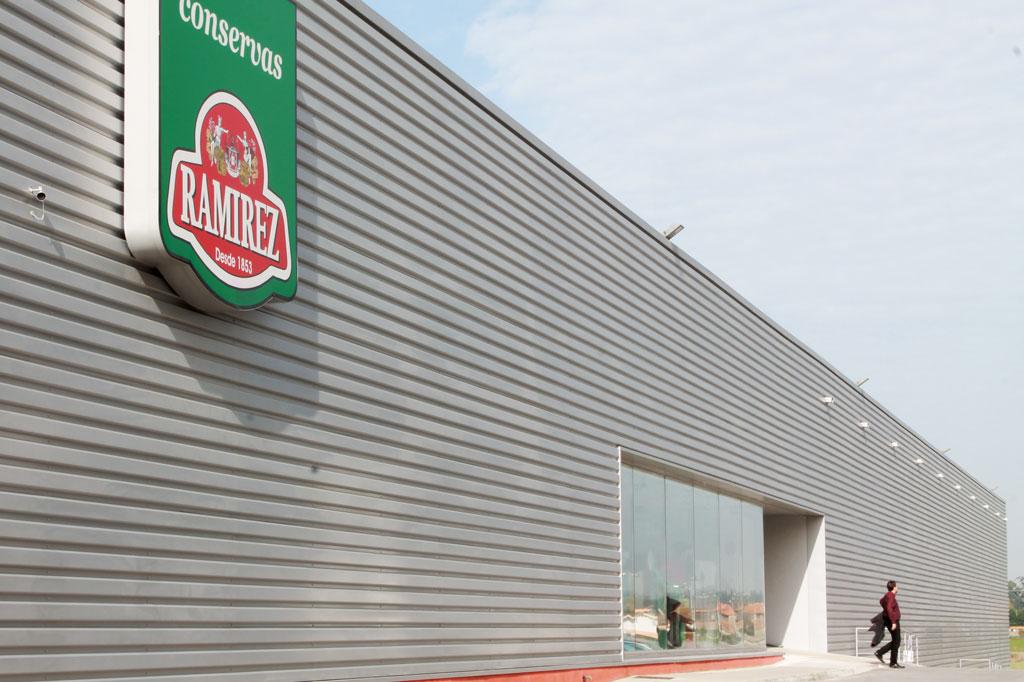 Porto, die Geschäftige: Modern und clean: Die brandneue Fabrikhalle in Matosinhos gehört einem seit über 100 Jahren bestehenden Traditionsunternehmen.