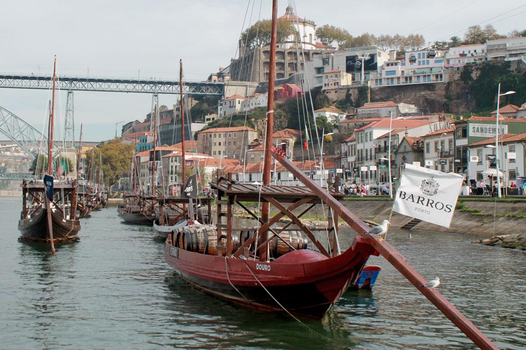 Porto, die Geschäftige: So wurden die Portweinfässer früher aus dem oberen Douro-Tal nach Vila Nova de Gaia verschifft. Heute sind die Barken ein touristisches Accessoire.