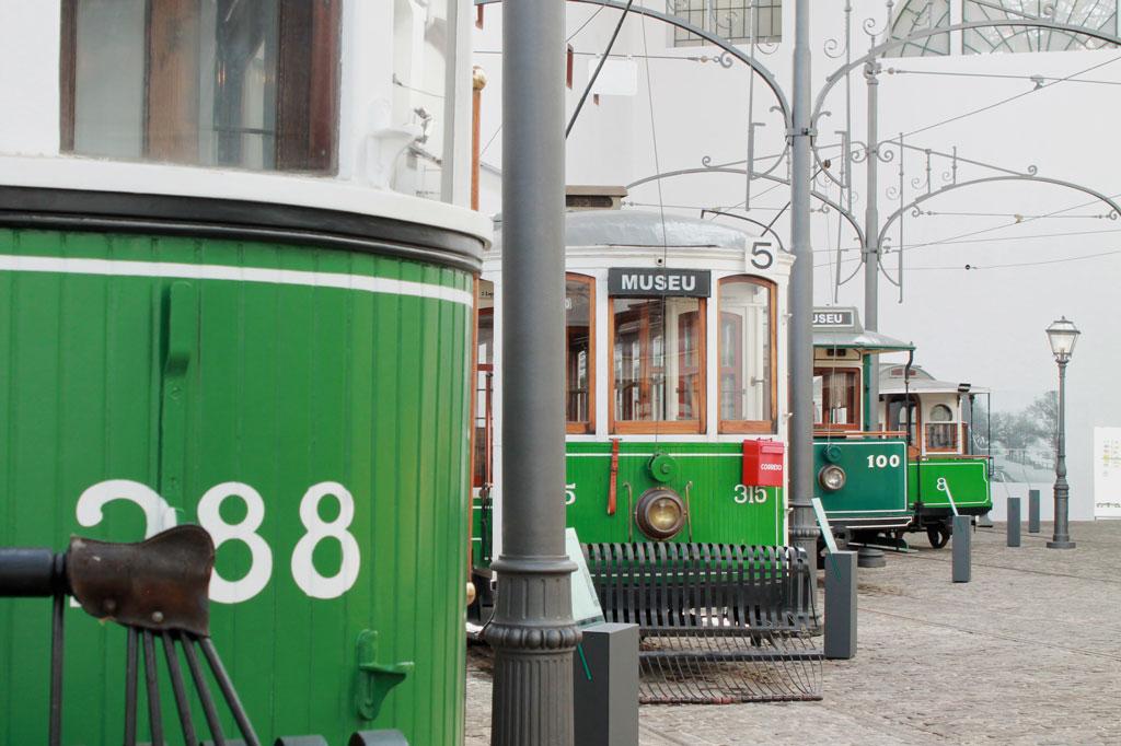 Porto, die Geschäftige: Nicht nur etwas für Bahn-Enthusiasten: Historische  Straßenbahnwagen im Straßenbahnmuseum von Porto. Einige der Wagen sind heute noch im Einsatz.