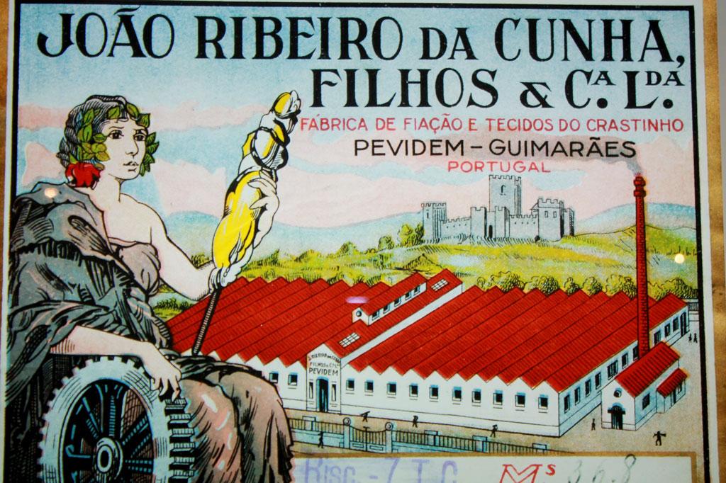 Porto, die Geschäftige: Historisches Werbeplakat einer Textilfabrik in Guimarães, ca. 35 km nördlich von Porto (Museum Casa da Memória)