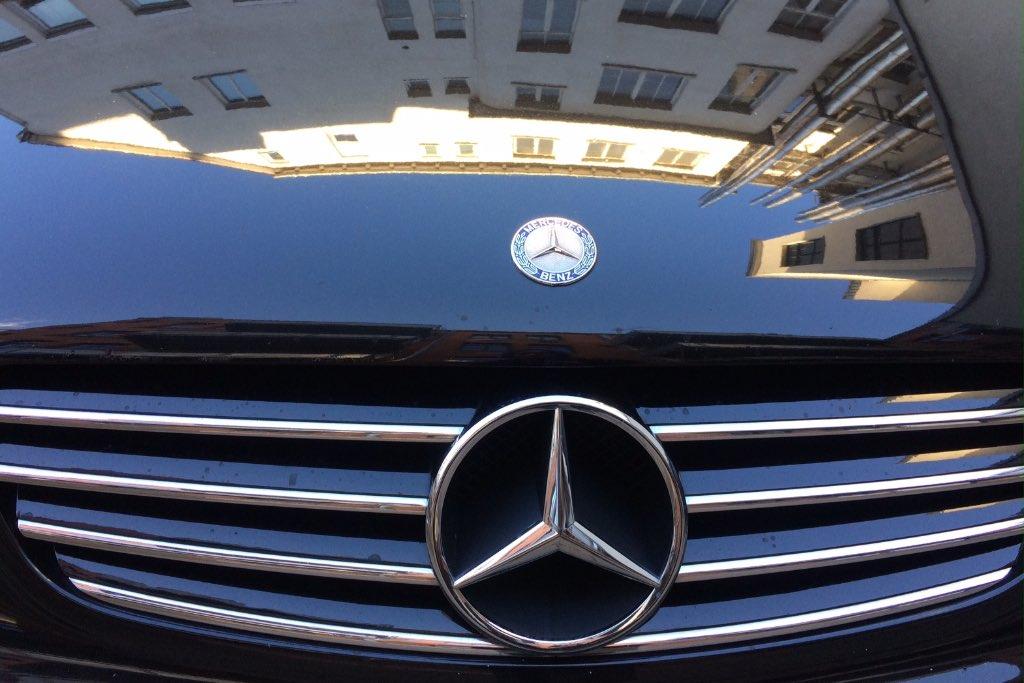Motorhaube eines Mercedes Benz aus Stuttgart. Kühlerhaube und Stern.