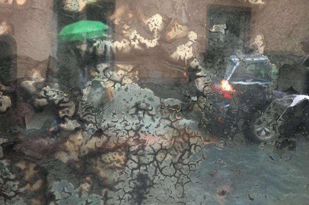 Reflexion eines grünen Regenschirms in einem angelaufenen Spiegel in Madrid.