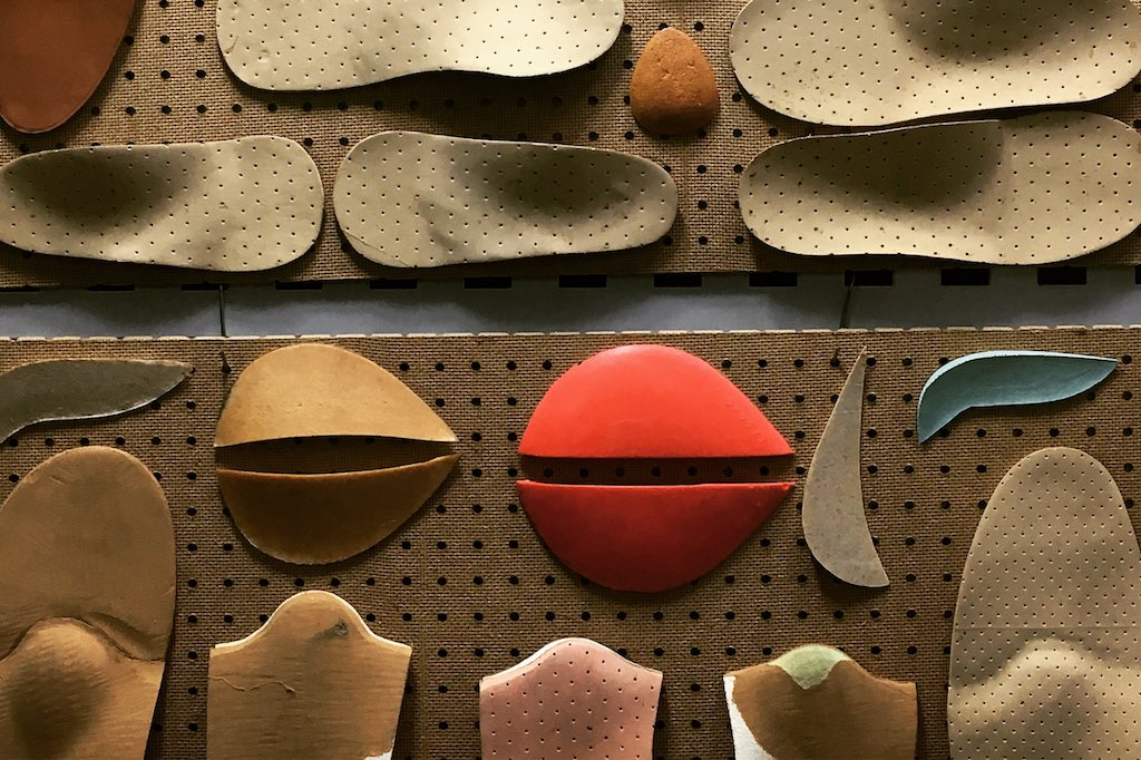 Schaufenster eines Einlagenmachers in Madrid. Einlagen nach Farben und Formen zusammengestellt.