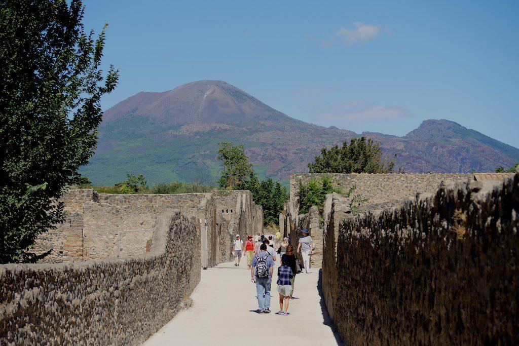 Pompeji Ausgrabung im Hintergrund der Vesuv.