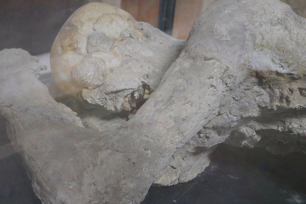 Gipsabdruck einer versteinerten Leiche in Pompeji.