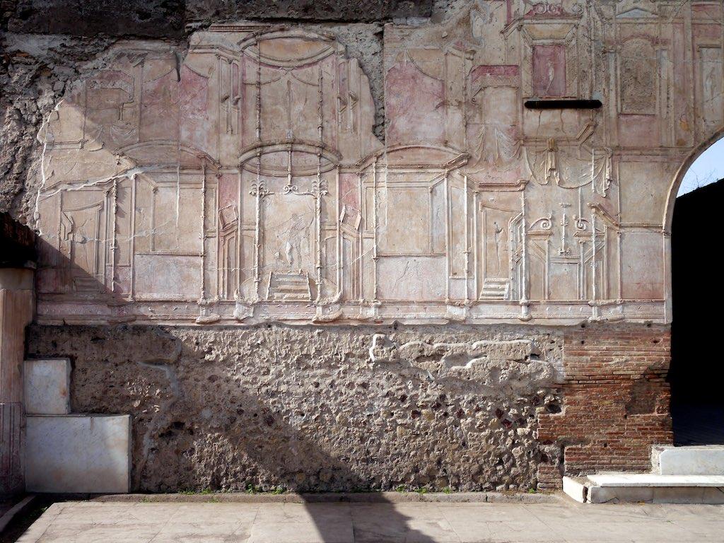 Filigrane Scheinarchitektur. Stuckrelief im 4. Pompejanischen Stil aus den Stabianer Thermen