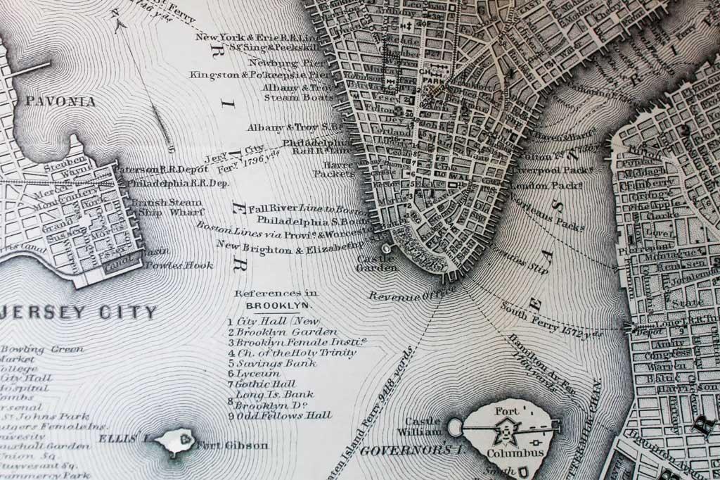 Wir Auswanderer: Die Insel Ellis Island (unten links) – heute ein Museum zur Geschichte der Einwanderung in die Vereinigten Staaten – im Hudson River