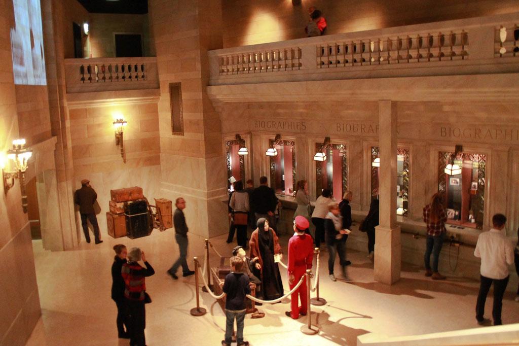"""Wir Auswanderer: Nachbau eines kleinen Ausschnitts der Empfangshalle in der Grand Central Station, New York. Hier können Museumsbesucher noch einmal die Biografie """"ihres"""" Auswanderers nachlesen."""