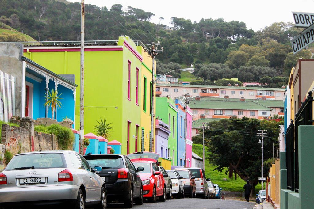 Mother City: So bunt geht es im Bo-Kaap zu. Der Hügel im Hintergrund ist der Signalberg, von dem bis heute um Punkt 12 Uhr die Mittagskanone gezündet wird – ehemals zur Leitung der Schiffe, heute aus Tradition.