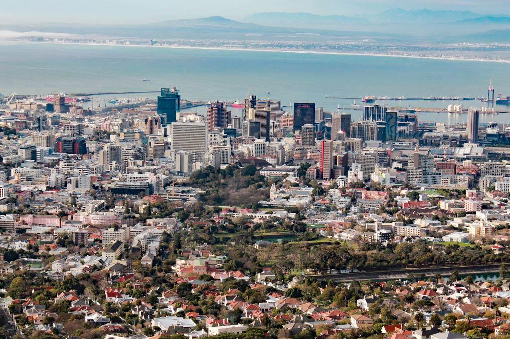 Mother City: Blick auf das Zentrum von Kapstadt von der Talstation der Gondelbahn am Tafelberg
