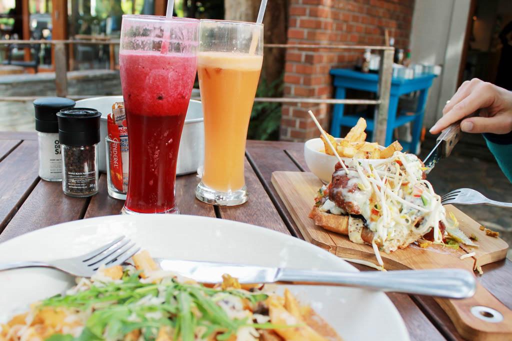 Mother City: Fruchtcocktails und Snacks im Parkambiente: Das Gartenrestaurant im Company's Garden ist zu jeder Tageszeit eine gute Adresse.