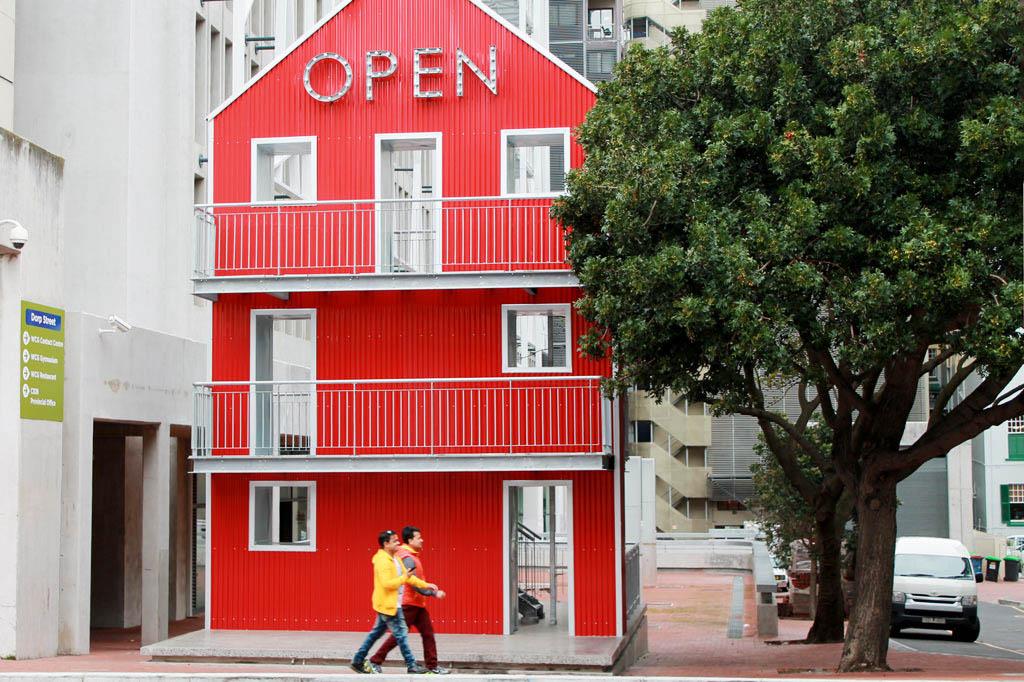 Mother City: Das Wichtigste an der Hausattrappe sind die Balkone: Kapstadts Speaker's Corner ist eine Einladung an Volksredner und alle, die etwas zu sagen haben – zur Abwechslung mal face to face, nicht digital!