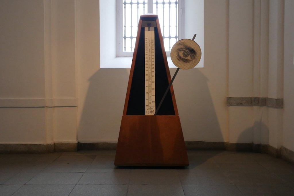 Ein Metronom mit Auge vor einem Fenster im gang des Museo Reina Sofia in Madrid