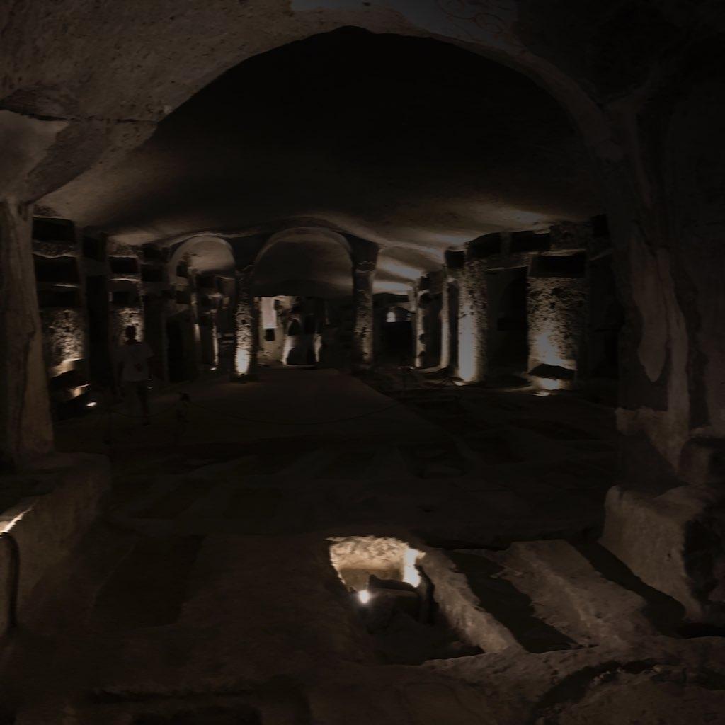 Blick in eine Höhle, die zu den Katakomben von San Gennaro gehört. Sie ist angelegt wie eine Kirche. Links und rechts Kapellen, in denen sich Gräber befinden. San Gennaro sind die größten Katakomben von Neapel.