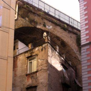 Brücke über das Sanita Viertel in Neapel.