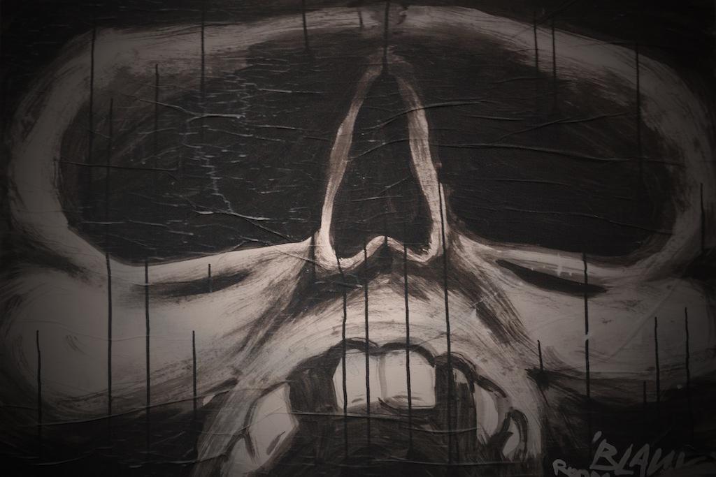 Graffiti eines Totenkopfs in schwarz/weiß.