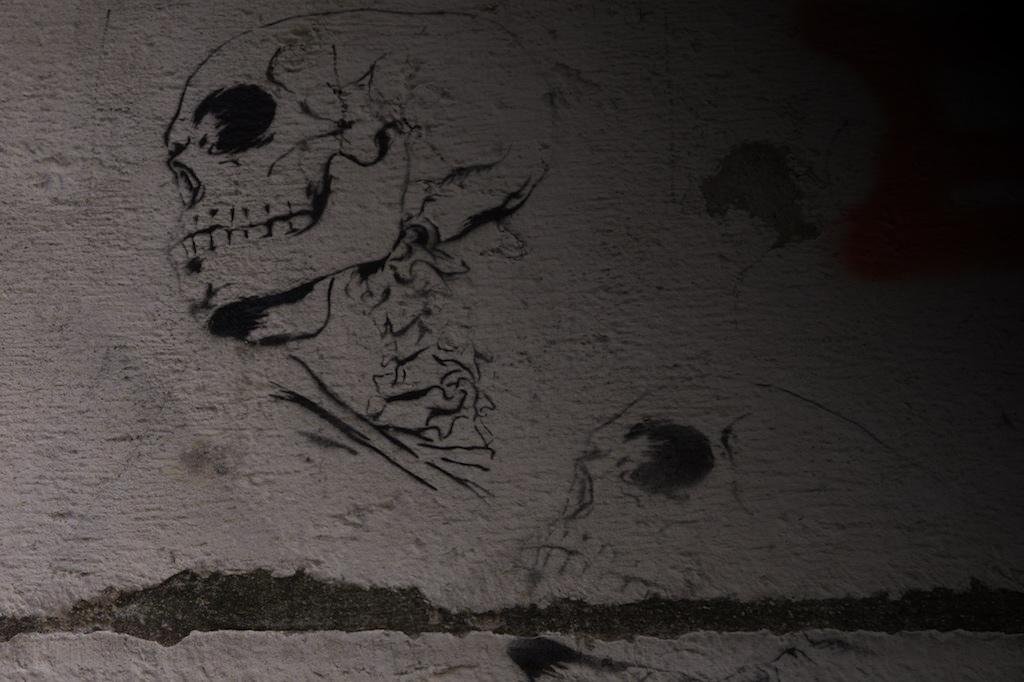 Graffiti eines Totenkopfs in Neapel.