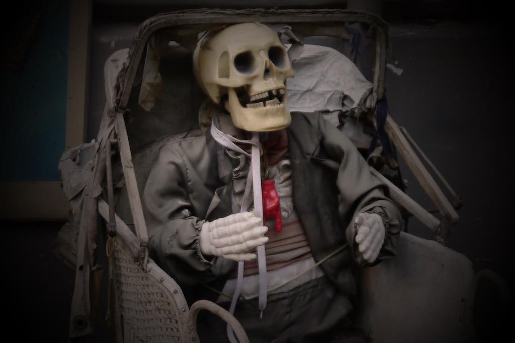 Kinderwagen mit einem Skelett.