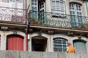 Porto und die Kunst des Alltags: Junge vor den Häusern am Douro-Hafen