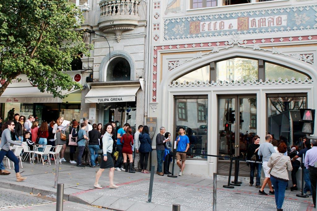 Kunst des Alltags: Das kommt dabei raus, wenn alle demselben Geheimtipp folgen: Schlange vor dem schönen Jugendstilportal der Livraria Lello, vormittags gegen 10 Uhr.