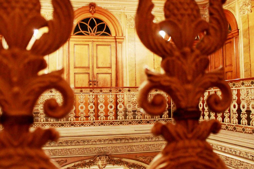 Porto, Kunst des Alltags: Diese Holz- und Stuckorgien wären eines Königspalastes würdig. Offenbar gab es in Porto Handwerker, die so etwas konnten.