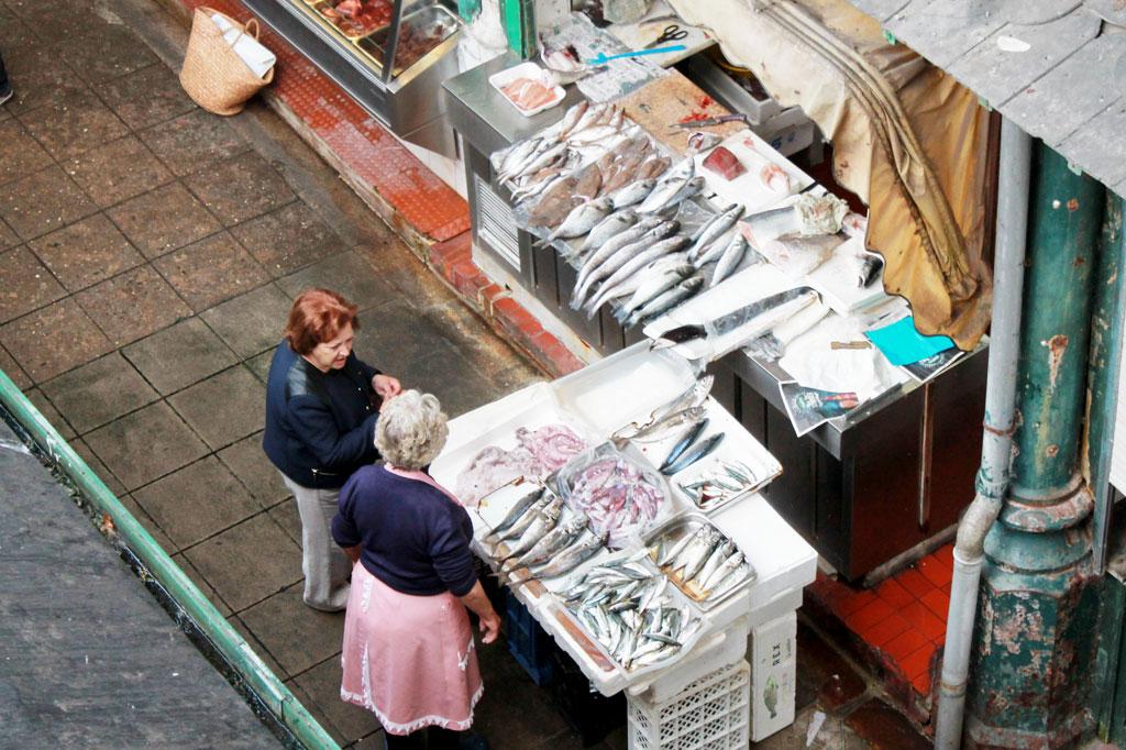 Porto, Kunst des Alltags: Das Meer ist nicht weit, wie man sieht, und die Portugiesen essen nicht nur Trockenfisch: mittags auf dem Mercado do Bolhão im Herzen von Porto.