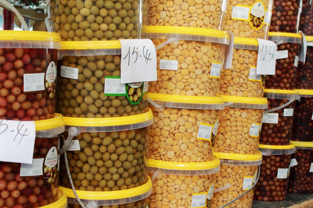 Porto, Kunst des Alltags: Oliven in allen Schattierungen, dazwischen orange-gelbe Lupinen – in Portugal ein proletarischer Snack.