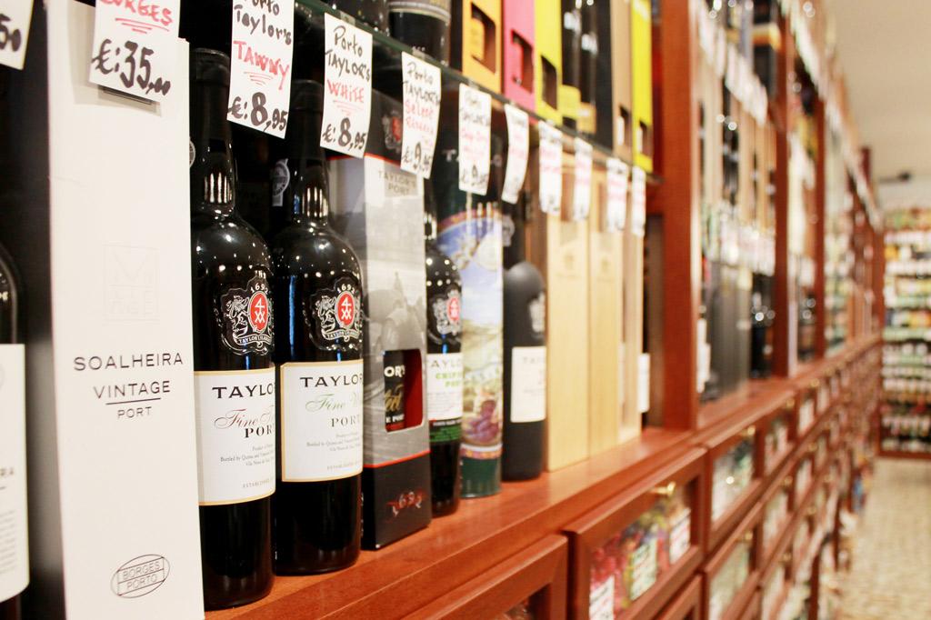 Porto, Kunst des Alltags: Viele Läden in Porto bieten eine geradezu enzyklopädische Auswahl an Portweinen aller Marken und Jahrgänge.