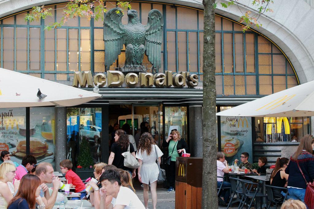 Kunst des Alltags: Irgendwo muss man die Massen ja abfertigen: Fast Food im Jugendstilambiente.