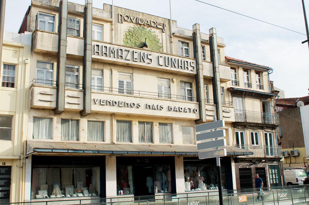 Kunst des Alltags: Komplett aus der Zeit gefallen und irgendwie ein verwunschener Ort: das Kaufhaus Armazens Cunhas an der Praça Gomes Teixeira.