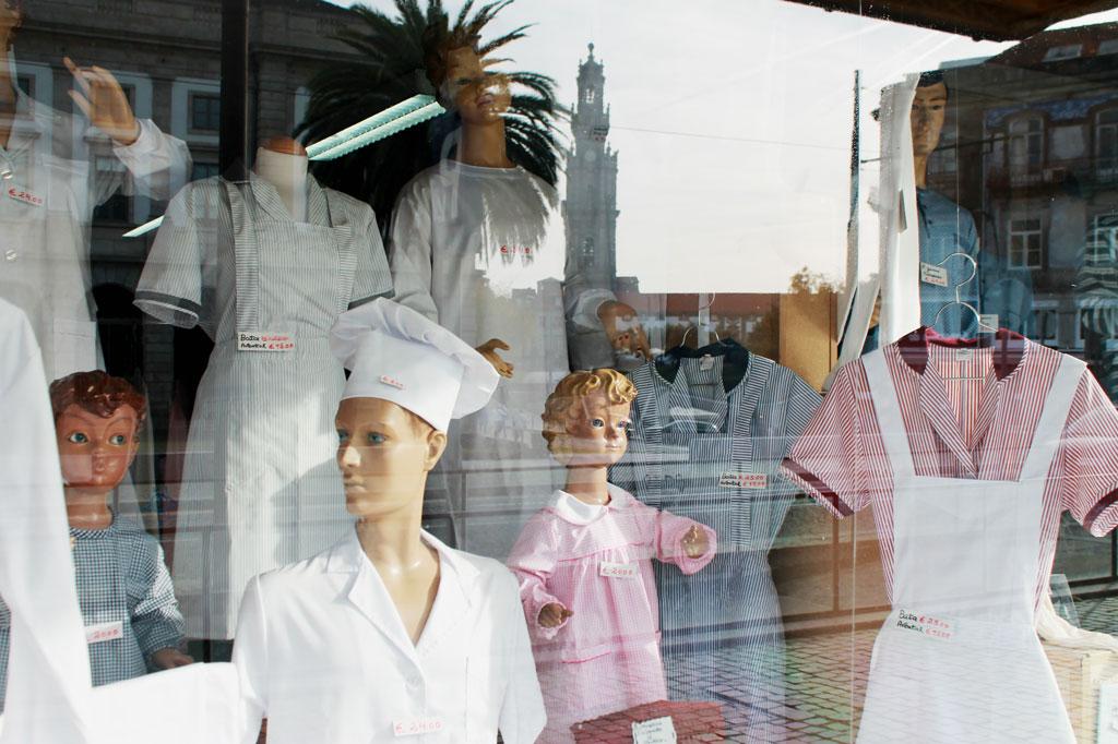Kunst des Alltags: Im Schaufenster des Kaufhauses Armazens Cunhas spiegelt sich der Torre dos Clérigos, eines der Wahrzeichen Portos.
