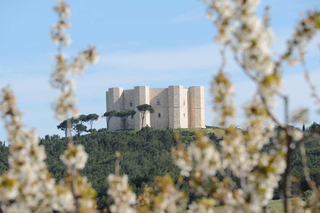 Das achteckige Castell del Monte in Apulien aus der Ferne betrachtet