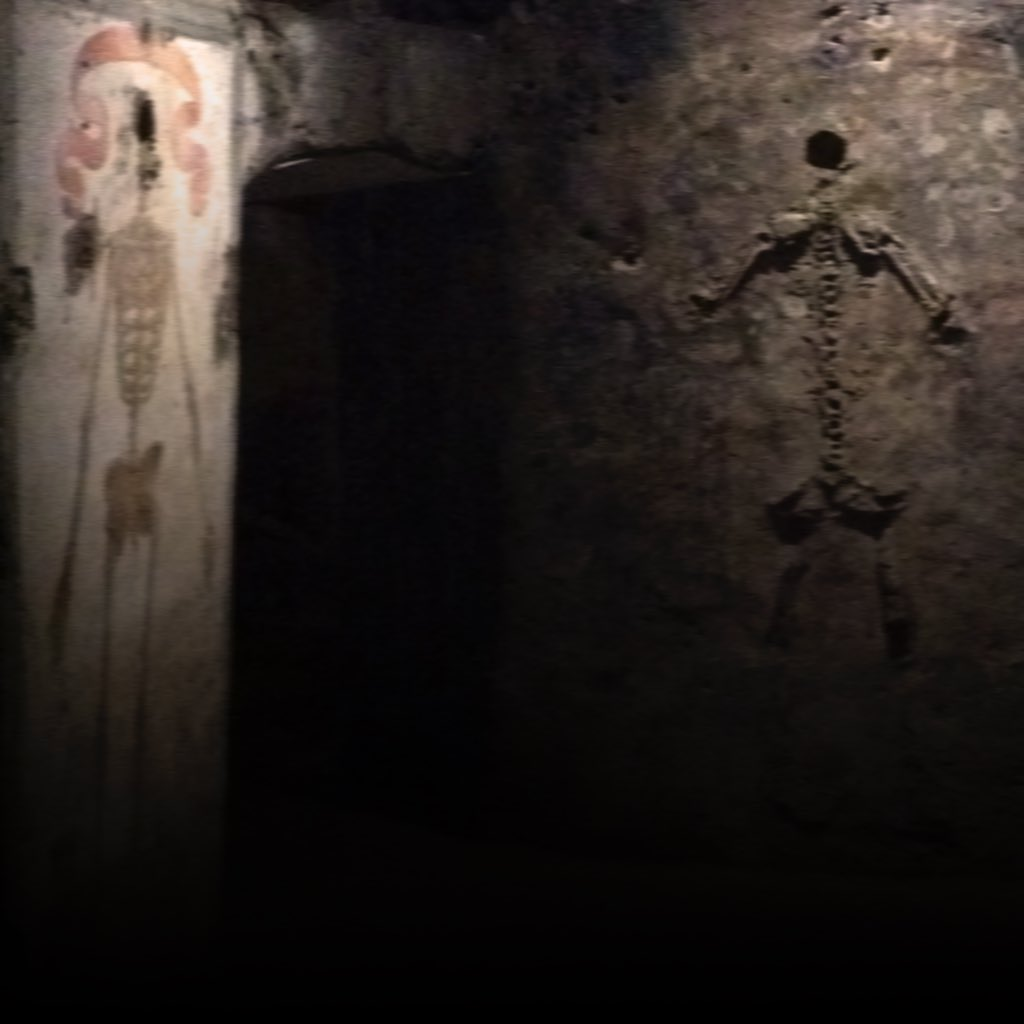 Skelette auf die Wände der Katakombe von San Gaudeoso in Neapel gemalt und aus Knochen zusammengesetzt.