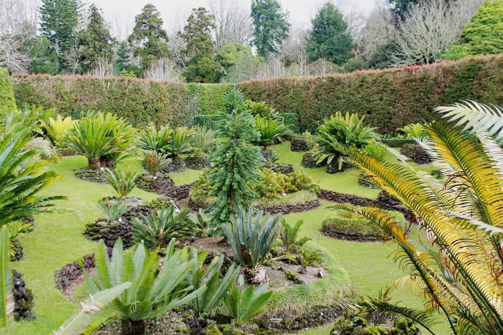 Garten Eden: Du stehst da, du kommst von rechts, ihr tut so, als würdet ihr euch unterhalten: Der Stadtpark in Furnas arrangiert Pflanzen wie Bühnenbilder
