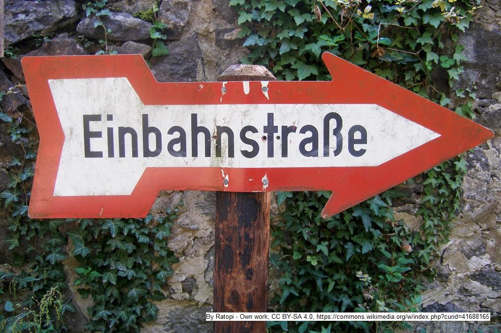 Tourismus ist keine Einbahnstraße: Altes Einbahnstraßenschild
