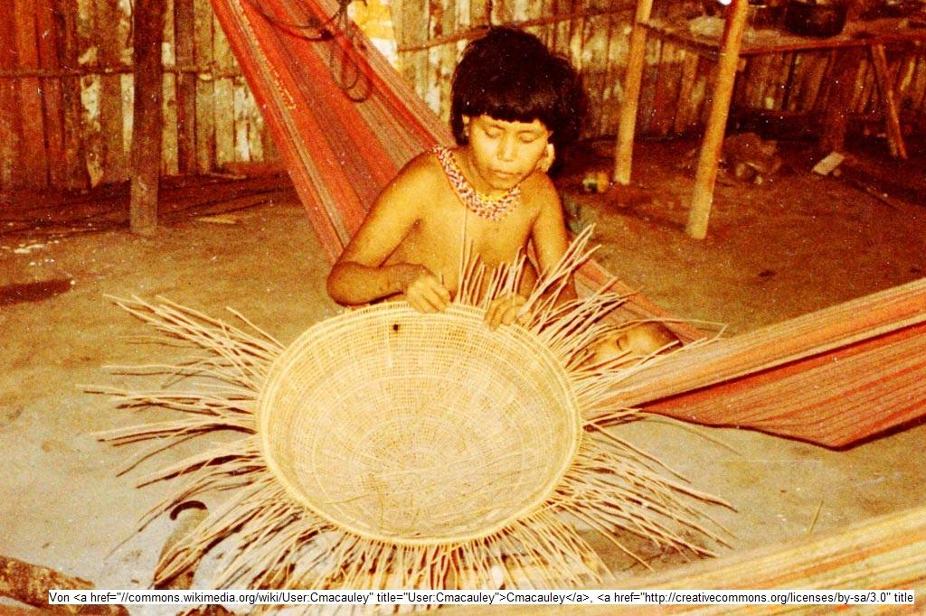 Tourismus - Eine Korbflechterin der Yanomami, die im venezolanisch-brasilianischen Grenzgebiet leben