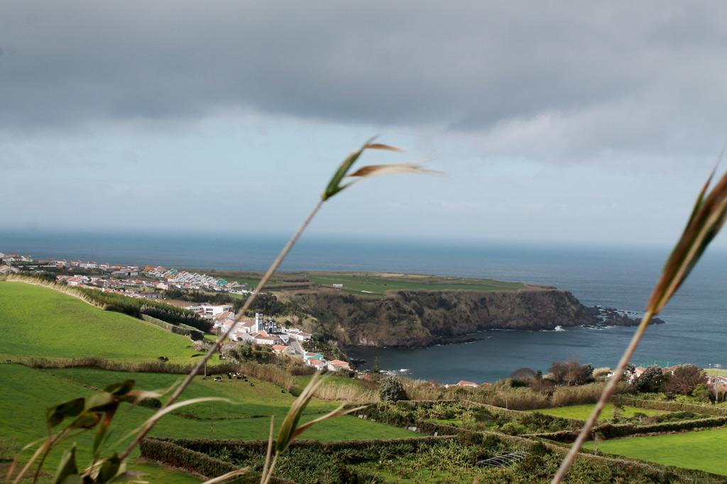 Garten Eden: Da braut sich was zusammen: Wolken und Sonne über dem kleinen Hafen von Porto Formoso an der Nordküste von São Miguel
