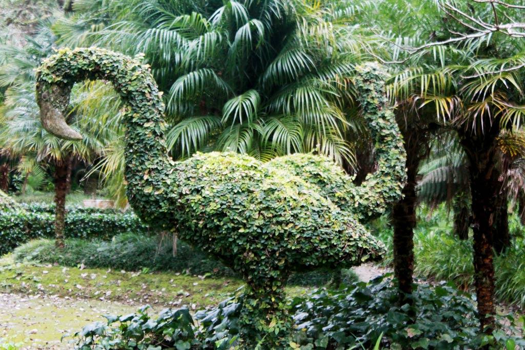Garten Eden: Spätestens hier wird's märchenhaft. Zu den Flamingos gesellen sich Schwäne, Pelikane, Känguruhs, ein Vogel Strauß, Gorillas, Elefanten und sogar ein Dinosaurier.