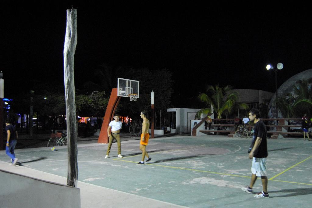 Nachts auf dem Spielplatz.