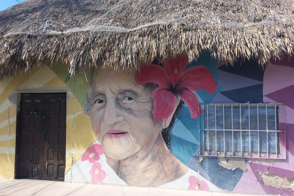 Bunte Streetart an einer Hauswand.