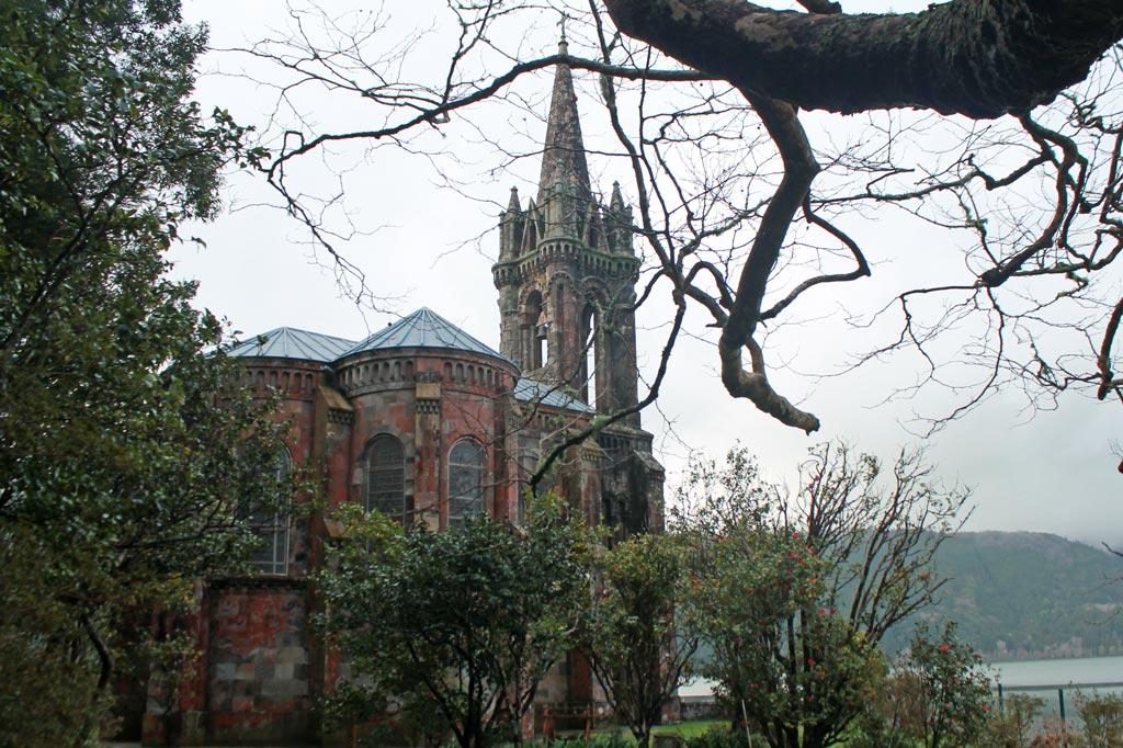 Azoren Paradies: Nossa Senhora das Vitórias: französische Gotik vor azorianischem Vulkansee