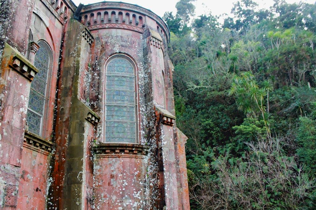 Azoren Paradies: Etwas wilde Kulisse für eine Kapelle, aber auf den Azoren funktioniert das irgendwie.