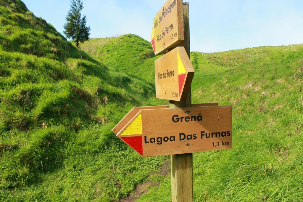 Azoren Paradies: Guter Service für Wanderer: Wegweiser wie diese machen es (fast) unmöglich, sich zu verirren. Wir haben es trotzdem geschafft, oben auf den grünen Wiesen, da stand an der entscheidenden Abzweigung nur ein klitzekleines Schildchen :)